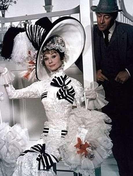 <p>'Mi Bella Dama': Basada en la obra teatral George Bernard Shaw, 'Pigmalión', esta película sobre un profesor que le enseña a una florista callejera a comportarse como una dama fue llevada a la pantalla grande en 1964 por el director George Cukor con Audrey Hepburn y Rex Harrison como protagonistas. Curiosamente fue Julie Andrews quien hacía de 'Eliza Doolittle' en Broadway, pero no obtuvo el papel para cine. La película ganó 8 estatuillas doradas de un total de 12 nominaciones en total, tales como mejor película, mejor actor, mejor director, mejor música y fotografía.</p>