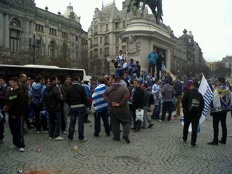 Aficionados del Málaga CF en la Plaza de la Libertad de Oporto