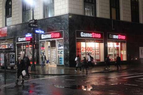 <p>Fachada da GameStop, principal loja de varejo de games dos EUA, na esquina da Broadway com a Rua 33, emNova York</p>
