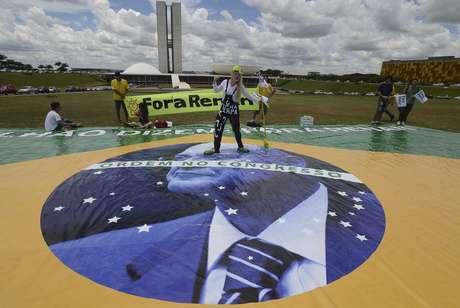 <p>Com bandeira gigante, grupo pede 'ordem no Congresso'com a saída de Renan</p>