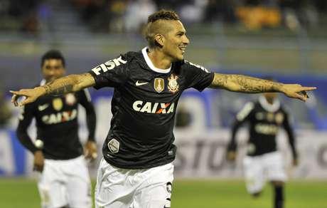 Luego del gol de Guerrero, los aficionados del Corinthians lanzaron muchas bengalas y provocaron la muerte de un menor de dad.