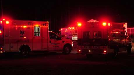 Ambulancias reunidas en Thomson, Georgia, al final de la pista del aeropuerto del condado de Thomson-McDuffie, cerca del sitio donde una avioneta de doble motor a chorro se accidentó la noche del miércoles 20 de febrero de 2012.