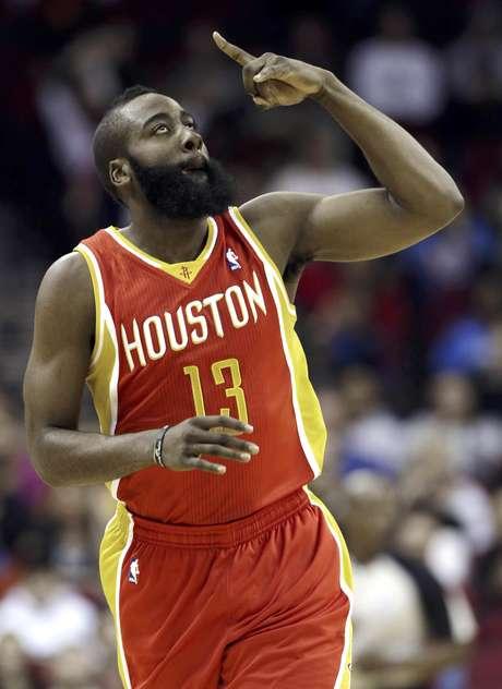James Harden, de los Rockets de Houston, festeja luego de encestar un tiro de tres puntos en la primera mitad del partido en contra del Thunder de Oklahoma City, el miércoles 20 de febrero de 2013, en Houston. Los Rockets remontaron para ganar 122-119.