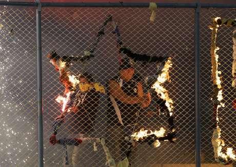 <p>Segundo Fabiano Curi, torcida do San José também costuma usar fogos de artifício e sinalizadores na arquibancada</p>