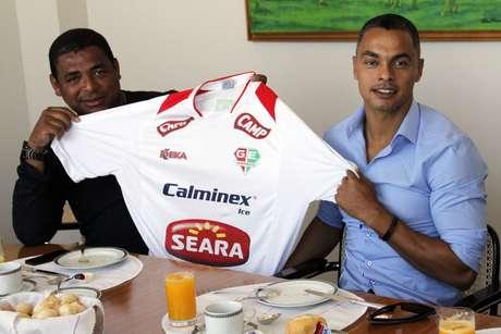 Ao lado de Vampeta, Dodô posou com a camisa do Grêmio Osasco nesta quinta-feira