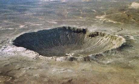 <p><strong>6) O asteroide que formou a cratera mais bem preservada - Arizona (EUA) </strong><br />A Cratera de Barringer, também conhecida como Cratera do Meteoro, data de 50 mil anos atrás, e está localizada ao norte do Arizona, EUA. Cientistas acreditam que ela tenha sido formada por um meteorito de aproximadamente 50 metros, que atingiu a Terra em uma velocidade de 45 mil km/h e produziu uma explosão de 10 megatons. A cratera possui 1,2 quilômetros de diâmetro e 200 metros de profundidade. A cratera de impacto de tamanho considerável mais recente, e mais bem preservada, é a Cratera de Barringer, relata Daniela.</p>