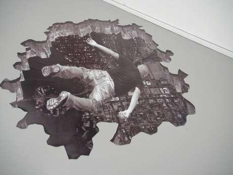 El propio Javier Velasco se muestra en las piezas precipitándose al vacío sobre la zona recreada.