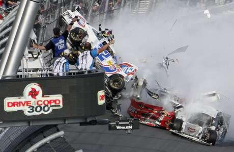 Um impressionante acidente marcou a etapa de Daytona da Nationwide Series, divisão inferior da Nascar. Durante a prova deste sábado, abertura da temporada, 11 carros se envolveram em uma batida na última volta