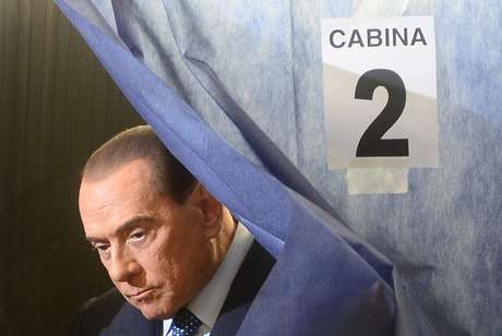 Berlusconi deixa cabina após marcar seus votos em cédula