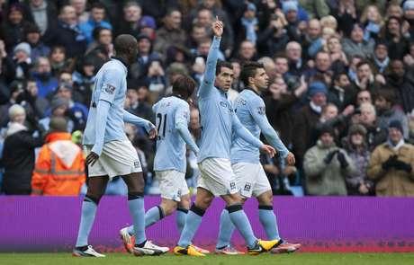 <p>Atacante argentino Carlos Tevez acena para a torcida depois de fazer o segundo gol na vit&oacute;ria do Manchester City</p>