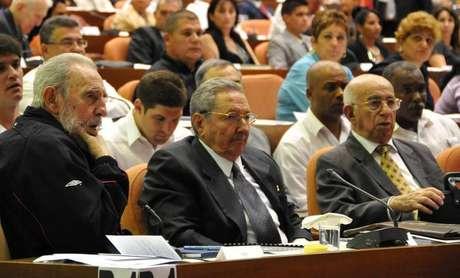 Ex-líder cubano Fidel Castro (E) participa de sessão de abertura da Assembleia Nacional do Poder Popular com seu irmão Raúl (C) em Havana, Cuba. Fidel Castro, que governou o país por 49 anos, reapareceu no domingo na sessão de abertura da Assembleia Nacional, depois de se ausentar repetidamente devido a uma doença grave que sofreu em 2006. 24/02/2013