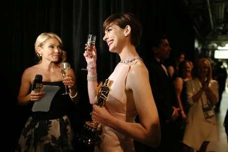 Un brindis por el triunfo obtenido fue la forma de celebrar de Anne Hathaway ganadora del premio a Mejor Actriz de Reparto por 'Les Miserables' quien chocó su copa con la Kelly Ripa por este glorioso momento.