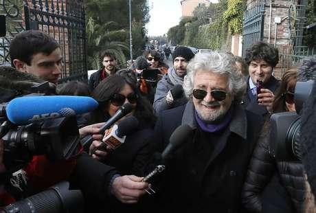 Beppe Grillo conversa com jornalistas após votar em seção eleitoral na localidade de Saint Ilario, perto de Gênova