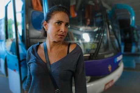 <p>Temendo ser alvo das investiga&ccedil;&otilde;es da delegada Hel&ocirc;, Wanda (Totia Meirelles) se disfar&ccedil;a com roupas simples e &oacute;culos escuros e pede ajuda a Irina a fim de evitar o pior. A cena, que inclui a vil&atilde; chegando a uma rodovi&aacute;ria no Rio de Janeiro, ap&oacute;s alguns dias no interior para deixar a poeira abaixar, vai ao ar no cap&iacute;tulo desta sexta-feira (1) de &#39;Salve Jorge&#39;</p>