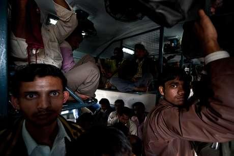 <p>Un tren de pasajeros en Nueva Deli atestado depersonas que ocupan todo los huecos del vagón. En la India la empresa del ferrocarril es la mayor empleadora del país con 1,4 millones de personas ocupadas que transportan más de 11 millones de personas diariamente</p>