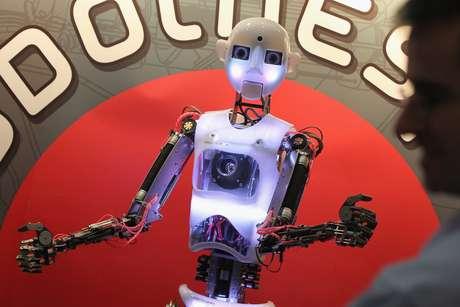 Robô interage com humanos durante feira de tecnologia na Alemanha