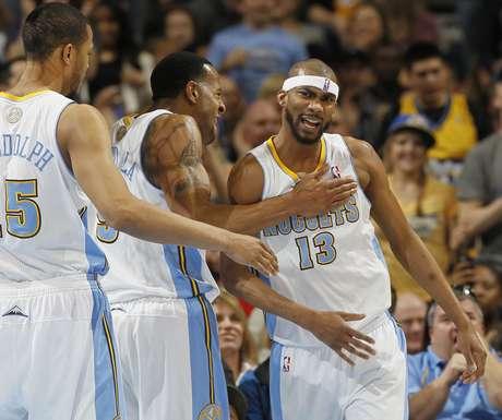 Corey Brewer é parabenizado por companheiros durante vitória dos Nuggets sobre os Lakers