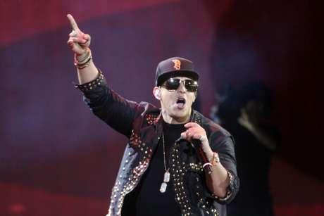 <p>Daddy Yankee después de cantar sale cojeando.</p>