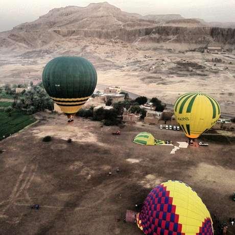 <p>Un globo aerostático que volaba sobre la famosa ciudad antigua egipcia de Luxor se incendió este martes y cayó en un cultivo de caña de azúcar, causando la muerte de al menos 18 turistas extranjeros, informó un funcionario de seguridad.</p>