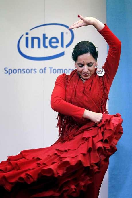 <p>La bailaora de flamenco Katia Moro baila en el stand de la compañía estadounidense Intel durante la segunda jornada de la feria.</p>