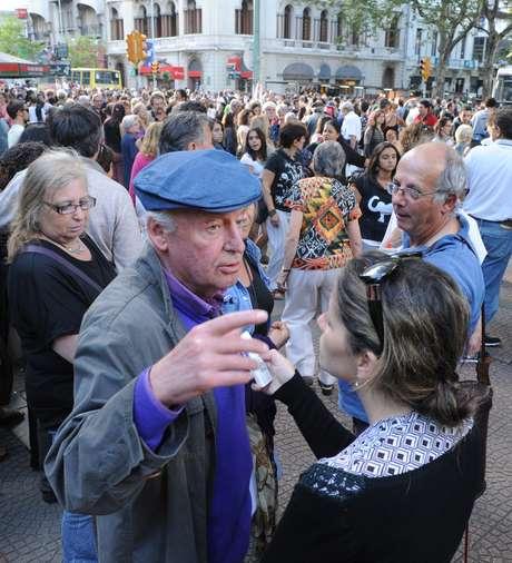 O escritor uruguaio Eduardo Galeano dá entrevista durante a manifestação