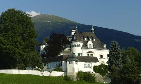 <p><strong>Schlosshotel Igls, &Aacute;ustria</strong><br />Constru&iacute;do h&aacute; mais de cem anos como resid&ecirc;ncia de ver&atilde;o de um eminente m&eacute;dico alem&atilde;o, o Schlosshotel Igls j&aacute; serviu como base para as for&ccedil;as a&eacute;reas alem&atilde;s durante a Segunda Guerra Mundial, e foi tomado em seguida pelos aliados.&nbsp;Di&aacute;rias a partir de R$ 460</p>