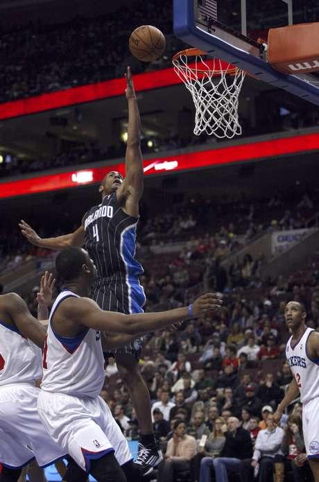 Arron Affialo (4), del Magic de Orlando, dispara contra los 76ers de Filadelfia en la primera mitad de su partido de basquetbol disputado el martes 26 de febrero de 2013, en Filadelfia. Orlando ganó 98-84.
