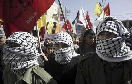 Hombres marchan en apoyo a presos palestinos, en Jenin, Cisjordania, 26 de febrero de 2013. Diplomáticos europeos exhortaron a la UE el miércoles 27 de febrero de 2013 a redoblar esfuerzos para que Israel desista de construir asentamientos en la zona de Jerusalén.