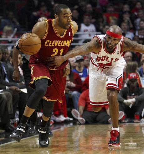 Wayne Ellington, de los Cavaliers de Cleveland, se le escapa a Richard Hamilton, de los Bulls de Chicago, en un rompimiento rápido durante el primer cuarto del partido del martes 26 de febrero de 2013, en Chicago.