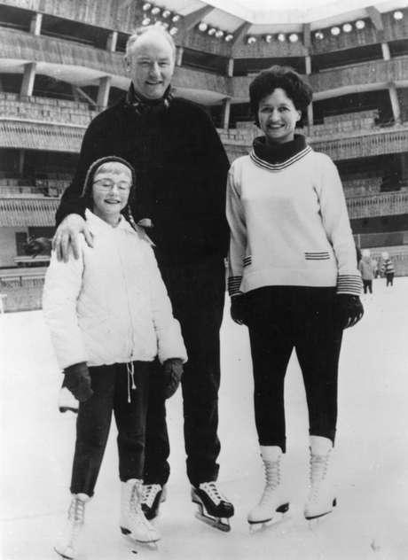 O britânico Francis Crick com mulher e filha na Itália. A família pretende leiloar a medalha do Nobel que ele ganhou