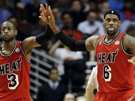 LeBron totalizó 40 puntos, su mayor anotación en la actual campaña, con ocho rebotes y 16 asistencias, este último el mejor registro de su carrera, y Wade terminó con 39 tantos, ocho capturaas y siete servicios para anotación.