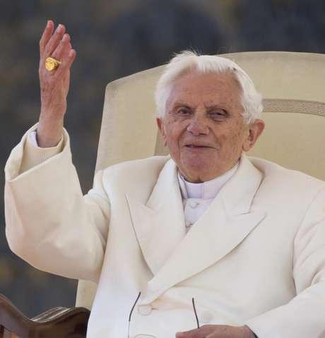 El papa Benedicto XVI saluda a los peregrinos congregados en la plaza de San Pedro, durante la última audiencia pública de su pontificado, en la Ciudad del Vaticano, en el Vaticano.
