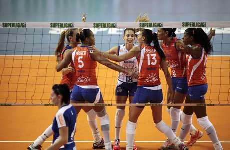 <p>Jogando em casa, equipe paulista venceu Usiminas/Minas por 3 sets a 0</p>