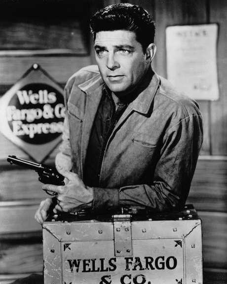 Dale Robertson em foto de 1960 em gravação do programa de TV 'Tales of Wells Fargo', que foi ao ar entre 1957 e 1962