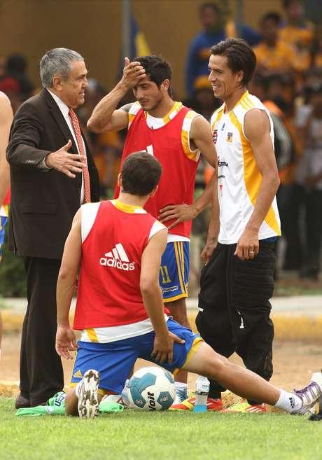 Alejandro Rodríguez, jerarca de la UANL charla con los argentinos Lucas Lobos y Damián Álvarez en una práctica felina.