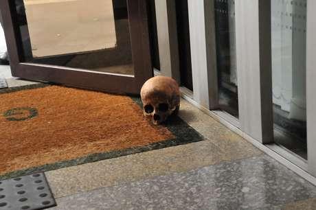 Conforme informações de testemunhas, um homem não identificado deixou o crânio, junto com outros objetos, na frente de um edifício na avenida Paulista