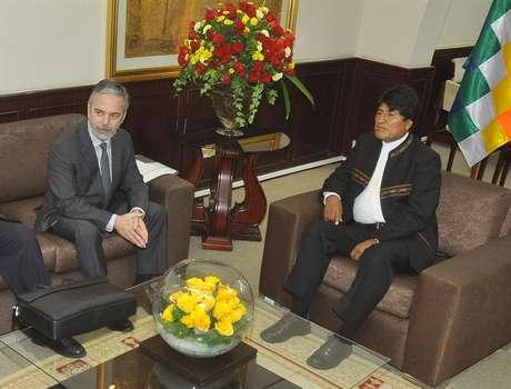 O presidente boliviano Evo Morales (dir.) conversa com o chanceler brasileiro, Antonio Patriota