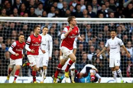 <p>Mertesacker ainda diminuiria o marcador para o Arsenal</p>
