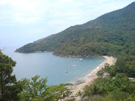 <p><strong>Ilhabela, SP: </strong>a cerca de 130 km da capital paulista, Ilhabela encontra-se perto do continente e é acessível por balsas que partem de São Sebastião. São mais de 36 km de praias entre as quais se destaca a praia de Castelhanos, ao leste da ilha, acessível apenas de barco ou de 4 x 4 </p><p></p>