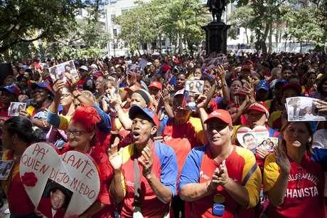 Decenas de chavistas provenientes del estado Guárico (centro) y de Caracas se reunieron en las cercanías del Hospital Militar para cantar y gritar consignas de apoyo a Chávez.