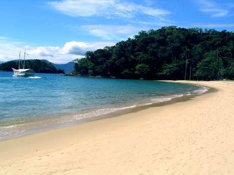 <p>A 150 km do Rio de Janeiro, Angra dos Reis &eacute; um para&iacute;so natural com &aacute;guas cristalinas</p>