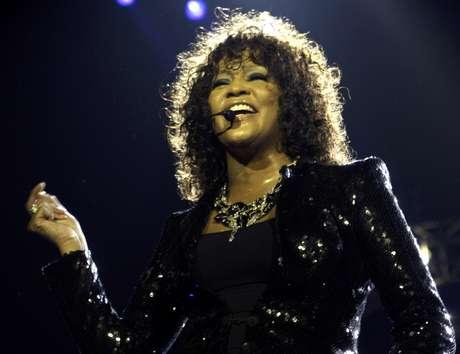 En esta imagen del 25 de abril del 2010, Whitney Houston ofrece un concierto en Londres como parte de una gira europea. El FBI publicó el lunes 4 de marzo del 2013 documentos sobre un trío de investigaciones que la agencia realizó en nombre de la fallecida cantante.