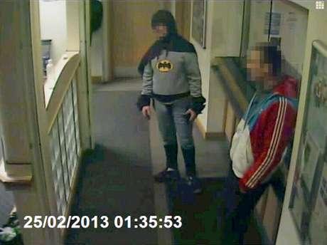 <p>Imagem de câmera da delegacia mostra o homem vestido de Batman ao lado do criminoso no último dia 25</p>