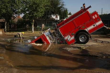 <p>Mientras, el 8 de septiembre de 2009, un camión de 22 toneladas del Departamento de Bomberos de Los Ángeles cayó en un socavón en el vecindario de Valley Village. Los bomberos respondían a una llamada de emergencia por una inundación en una calle residencial cuando el chofer vio una gran cantidad de agua en la oscuridad. El chofer estaba retrocediendo cuando el camión cayó en el hoyo, causado por una fractura de tubería de 6 pulgadas de hierro fundido. Aunque los bomberos no resultaron heridos, sin duda, fue un gran susto.</p>
