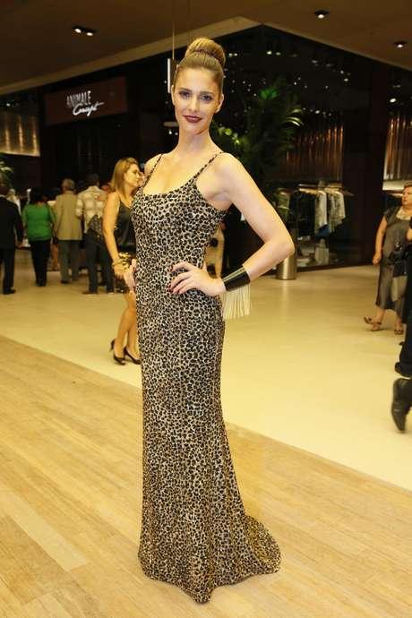 <p>Fernanda Lima mostra que animal print pode ser usado no look todo, até mesmo em vestido longos</p>
