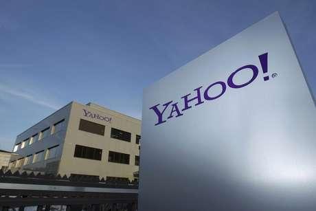 Logo do Yahoo é fotografado em frente a prédio em Rolle, Suíça. O Yahoo está deixando de oferecer sete produtos, incluindo um aplicativo para celulares inteligentes da Blackberry, em uma decisão da presidente-executiva, Marissa Mayer, que se assemelha à estratégia do Google de eliminar grupos de produtos que não foram bem-sucedidos. 12/12/2012