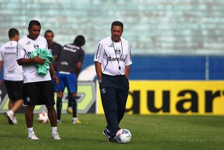 <p>Luxemburgo sorteou relógios no voo do Grêmio</p>