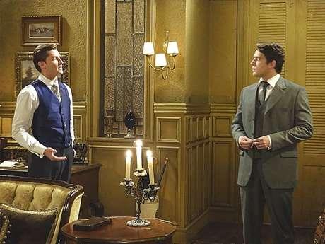 Albertinho (Rafael Cardoso) questiona se o amigo encontrou Constância (Patricia Pillar), mas Umberto (Klebber Toledo) nega