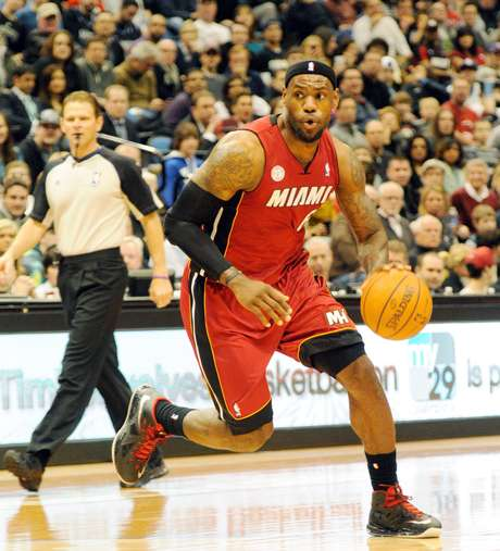 """LeBron James alcançou um """"double-double"""" de 20 pontos e 10 rebotes"""