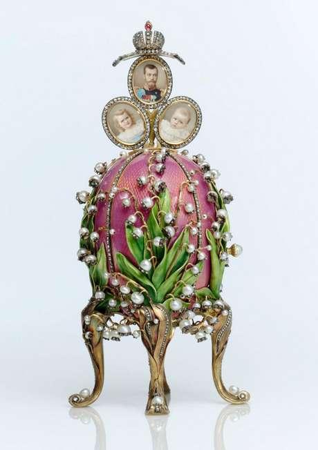 """<p>En 1884 la suerte de Faberge cambió. Su ingenio y creatividad se vieron recompensados cuando el zar Alejandro III adquirió en su joyería un huevo de Pascua. La joya representa uno de los tres únicos ejemplares de huevos Fabergé con reloj y cuco conocidos hasta el momento: el """"Huevo Imperial con Cuco"""", de 1900, y el """"Huevo Chanticler"""", de 1904.</p>"""